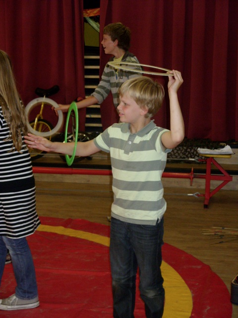 Workshops Circus Kiko - workshop jongleren met ringen - tieners kindervakantieweken in Tilburg