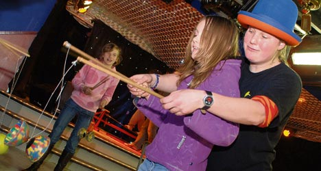 diabolo workshop door Circus Kiko in het jongerencentrum in Langeraar